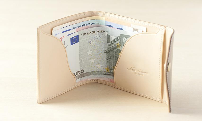 お札を差し込む部分の形状は、何度もミリ単位の改良をかせね、流線型のスムーズに紙幣が出し入れできる形状に。5ユーロなどの小さいサイズの外国紙幣にも対応。