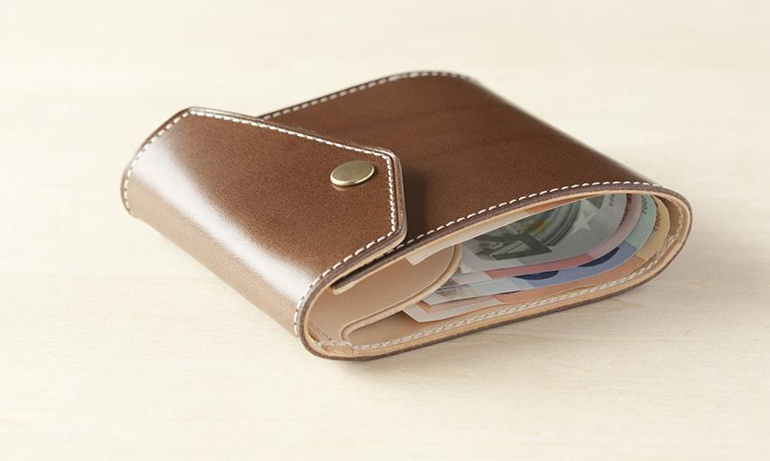はじめは張りのある革の為ふくらみがあるが、使いだすとすぐに厚みはなくなり、違和感なくポケットに入れられる。