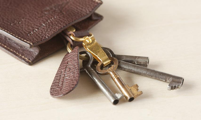 金具にはキーリングと簡単に着脱可能なキーフックの2種の金具を取り付け。