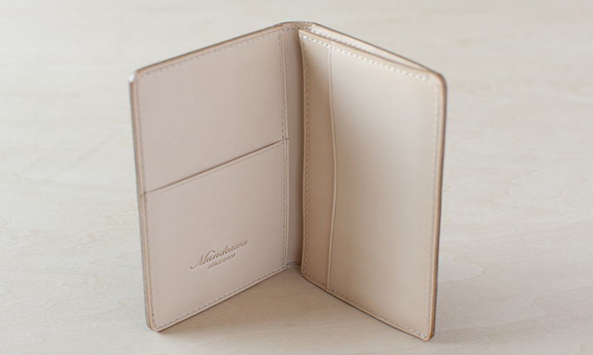 シンプルな形の中に名刺やカードを収納できるポケットが4箇所。