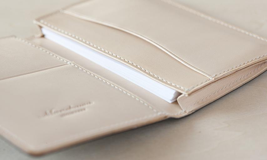 マチ付ポケットには約20枚の名刺がストックできる。マチなしポケットには頂戴した名刺もスムーズに収納。