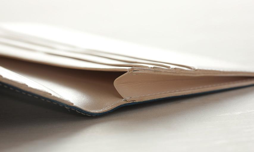 札ポケットにも薄型のマチを採用。ボリュームを抑えた作りだが、紙幣約30枚が収納出来る。