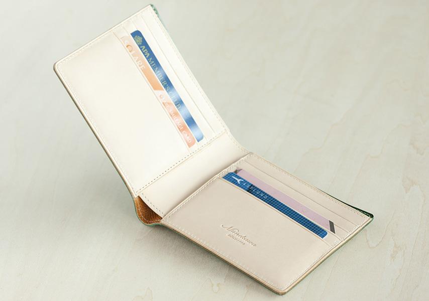 カードホルダーは両面で8段。取り出し易く、抜け落ちにくい絶妙なサイズ感。