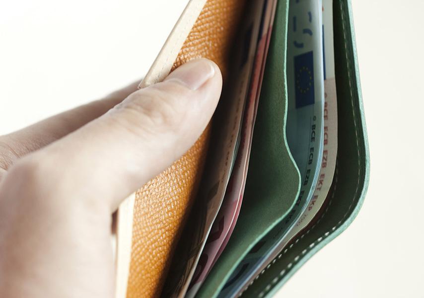 札入れは革の仕切りにより2層構造。裏地にも摩擦やキズに強い型押しの牛革を採用。内側からの財布の消耗を防いでいる。