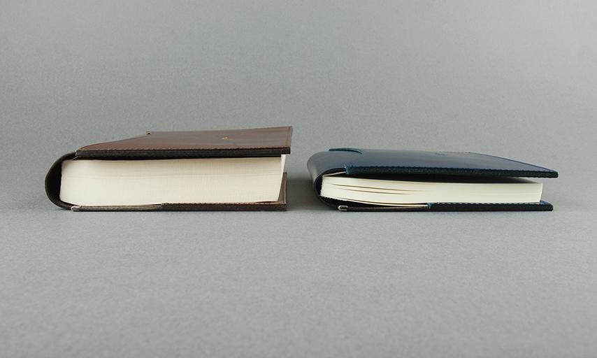 特徴は何と言っても本の厚みに対応するこの形状。厚みのある本から薄い本まで、自由自在にサイズを調整することが出来ます