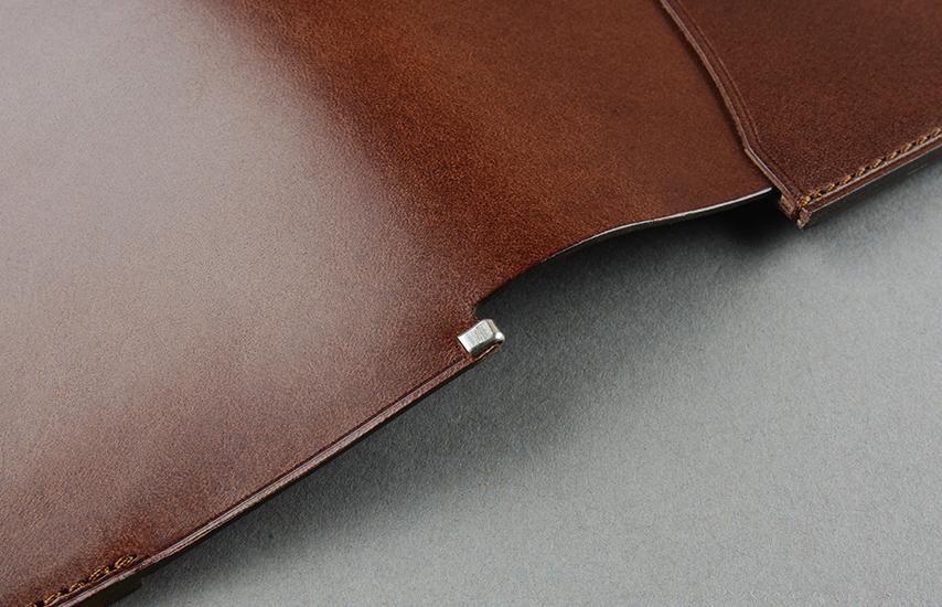 革一枚の部分には、革が折れ曲がりへたれてしまわ無いよう、金具をつけ補強しています