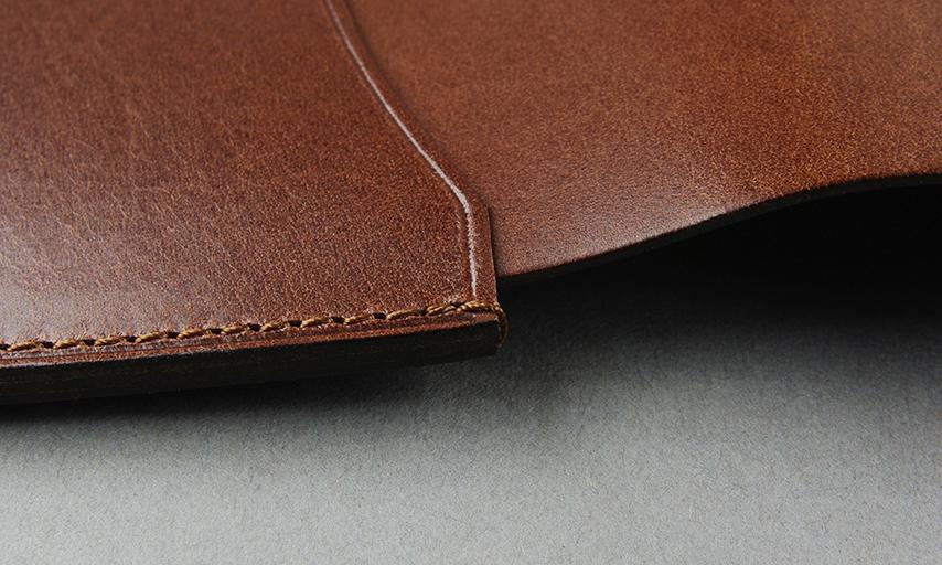 革の端の糸がほつれ易い部分には返し縫いを施し、しっかりと縫製を補強。一旦ミシンを止めて、一針だけ戻し、また同じ針穴へと進めていく3重縫製により強度を保っています。