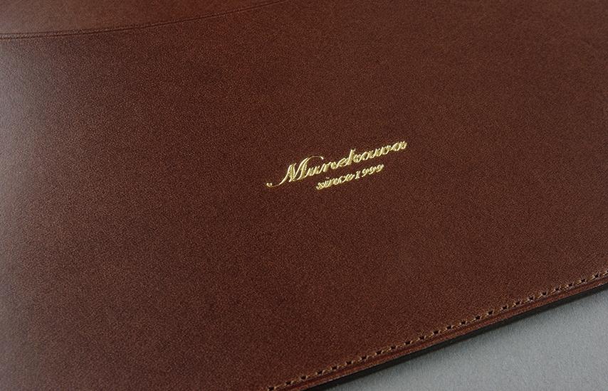 表面にはmunekawaの刻印。ゴールドの箔押しでエレガントさを演出します