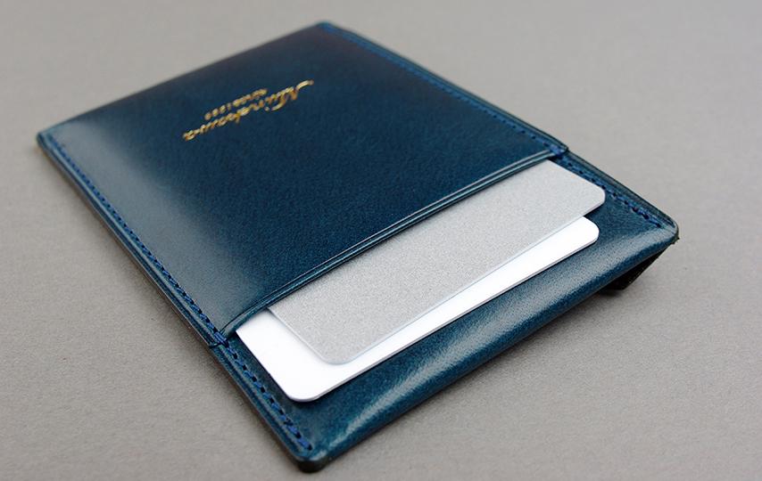 表のポケットにカードを2枚入れたところ