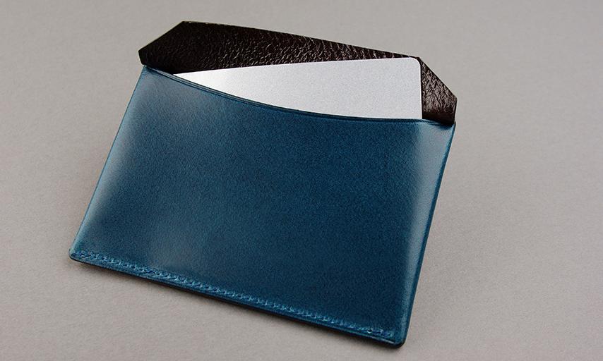 裏のポケットは安心の蓋付き。カード1枚を入れたところ