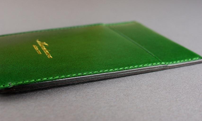 厚みを最小限に抑え、ポケットに入れても違和感のないパスケースを実現させた。スーツのポケットやカバンから取り出す度に使い勝手を感じる薄さです。断面に染料を入れ磨く事により、より上品に仕上がっている。<br>