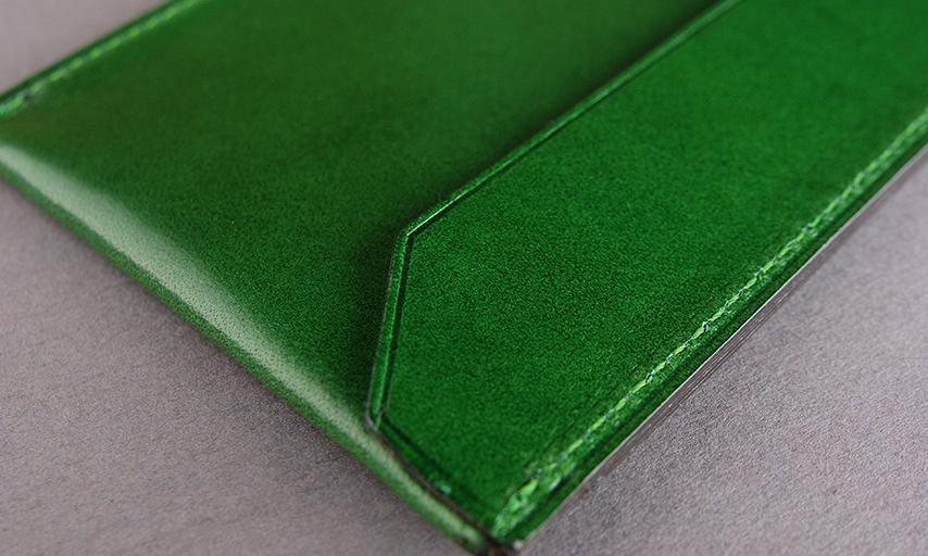 仕上げの工程では革の端先から数ミリの場所に熱したコテを使って1本の凹みラインを入れていきます。縁を丈夫にすると共に、製品の表情を引き締め、全体のバランスを整えます。