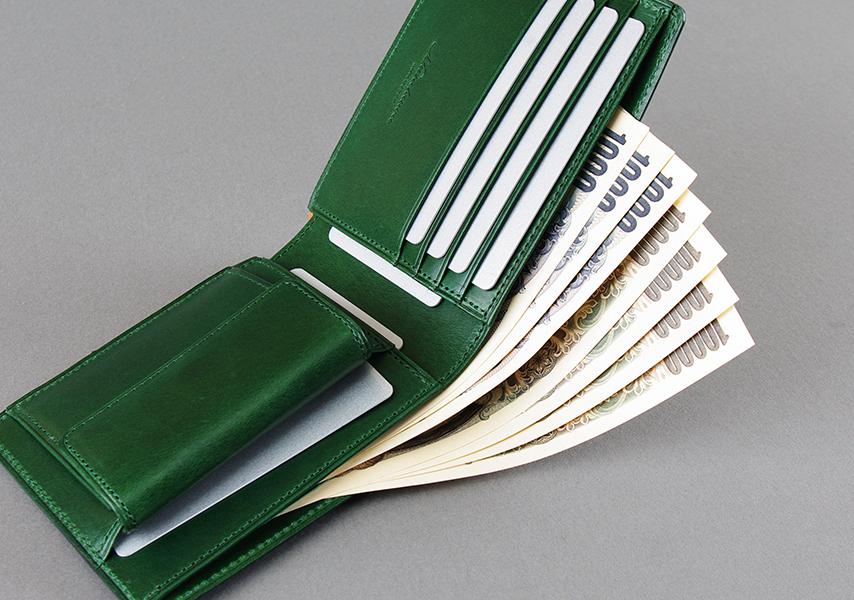 小銭入れ、札入れ2層、カードフォルダー4段、カードポケット3カ所と収納力を十分に持たせた二つ折り財布