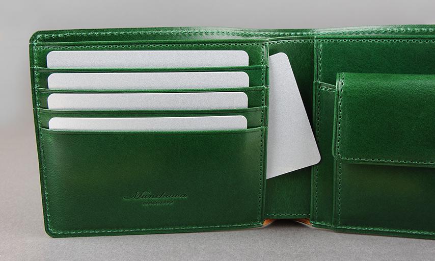 左にはカードが取り出し易く抜け落ちない絶妙なサイズ感で完成させた、カードフォルダが4段。カードフォルダの後ろにもポケットが有り、カード等をまとめて収納出来る