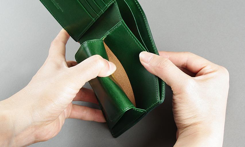 小銭入れの裏にもポケットが有り、カードを収納出来る