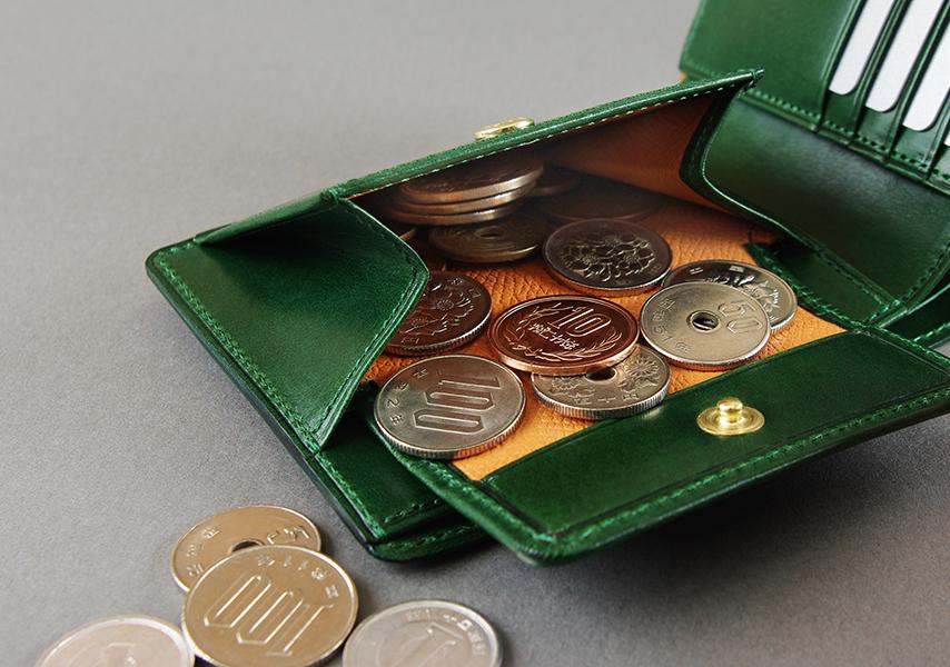 大きく開き取り出しやすい小銭入れ。財布で一番ダメージを受け易く故障の原因になりやすい裏地には、布地を使用せず摩擦や傷に強い型押しの牛革を使い、内側からも財布の消耗を防ぐ総革の仕上げ