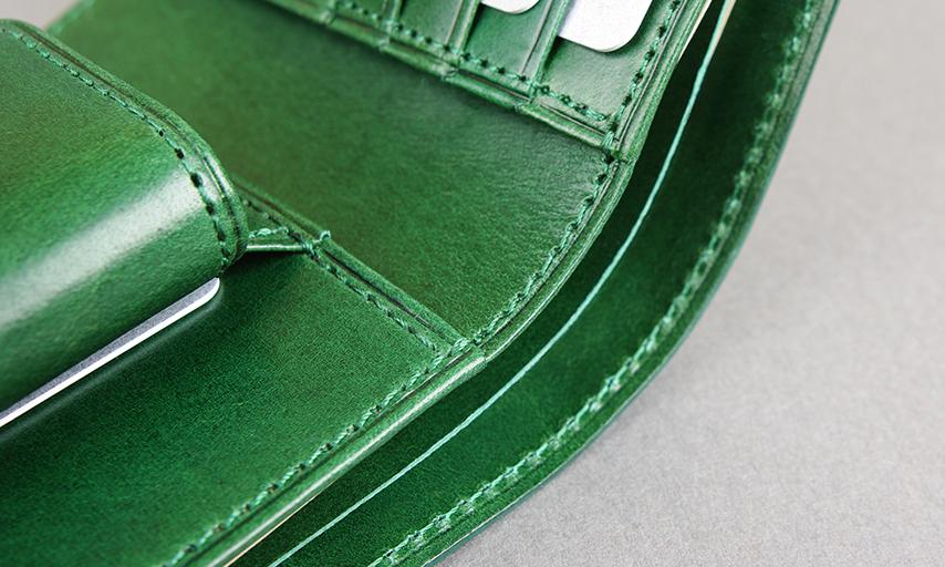 革が幾重かに重なり段差になっている部分や、力のかかる箇所は、必ず返し縫いを施し、しっかりと縫製を補強。シンプルで定番的なものだからこそ、素材や縫製の違いが大きな差となります