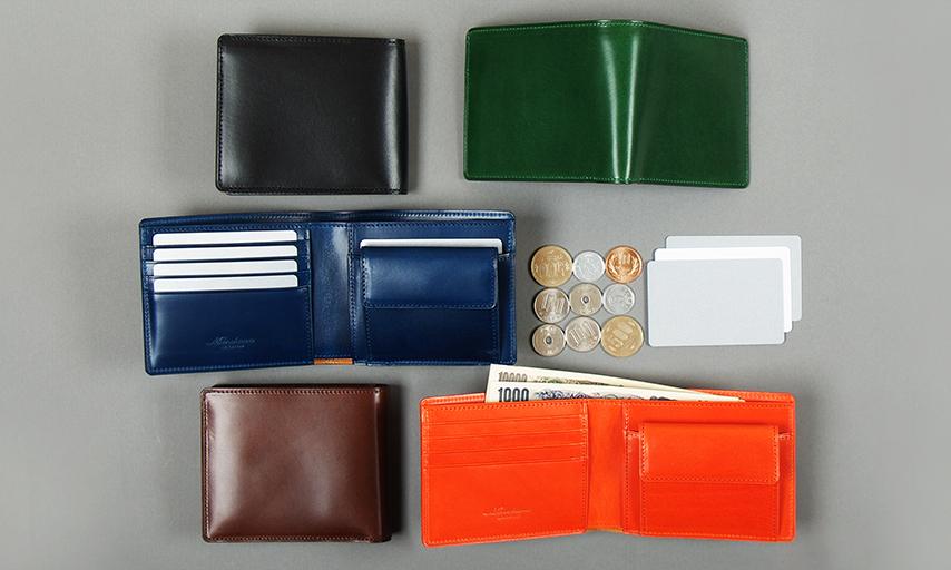 素材感とサイズ感がモノを言う二つ折り財布
