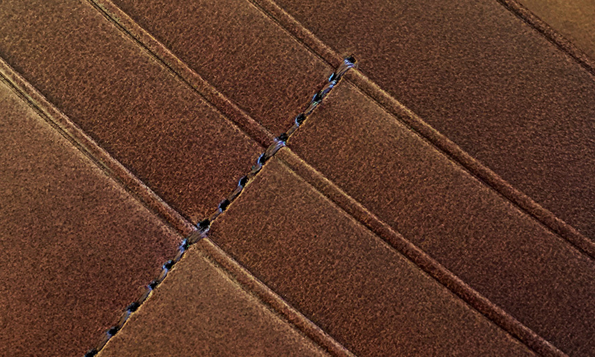 カード段やポケット口など、革が重なり段差になっている部分や、力のかかる箇所には、必ず返し縫いを施し、糸切れを防ぐ3重縫製という頑強な作りに仕上げています。一旦ミシンを止めて、一針だけ戻し、また同じ針穴へと進めていく返し縫いは、難しく手間がかかる行程ですが、糸切れを防ぎ永くお使いいただける製品へと仕上がります。
