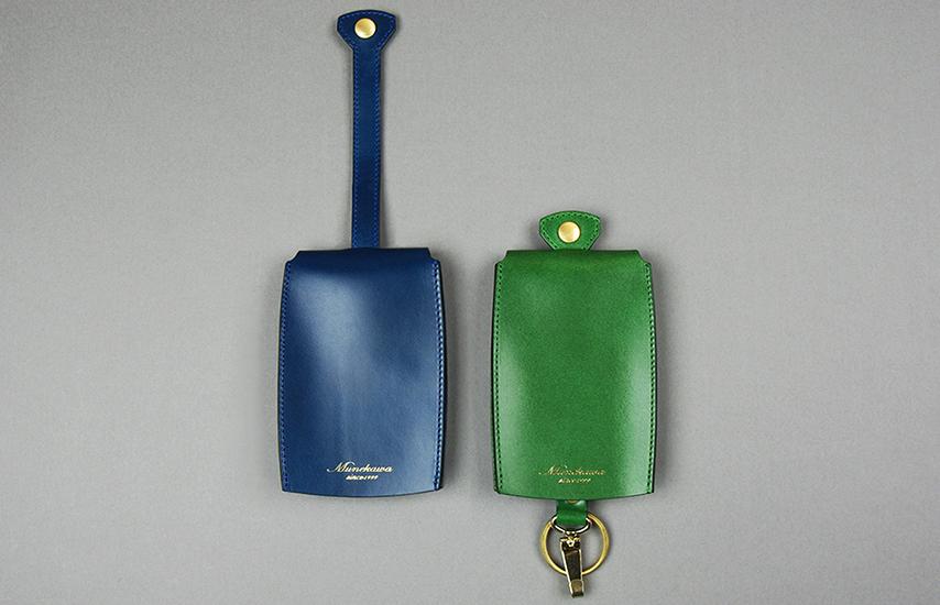 形状はベル型。 ストラップを引き込み裏面にあるボタンで留める事でベル型の袋に鍵が収納されます