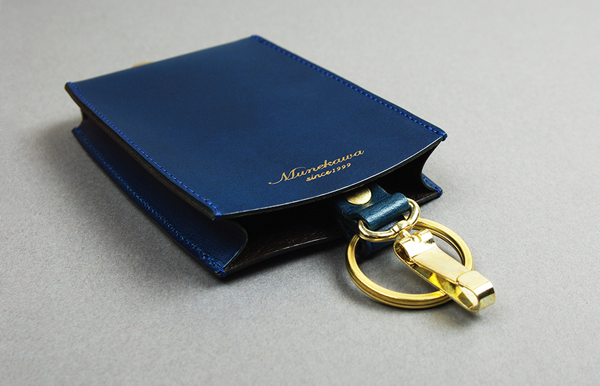 金具にはキーリングと着脱可能なキーフックの2種の金具を取り付け