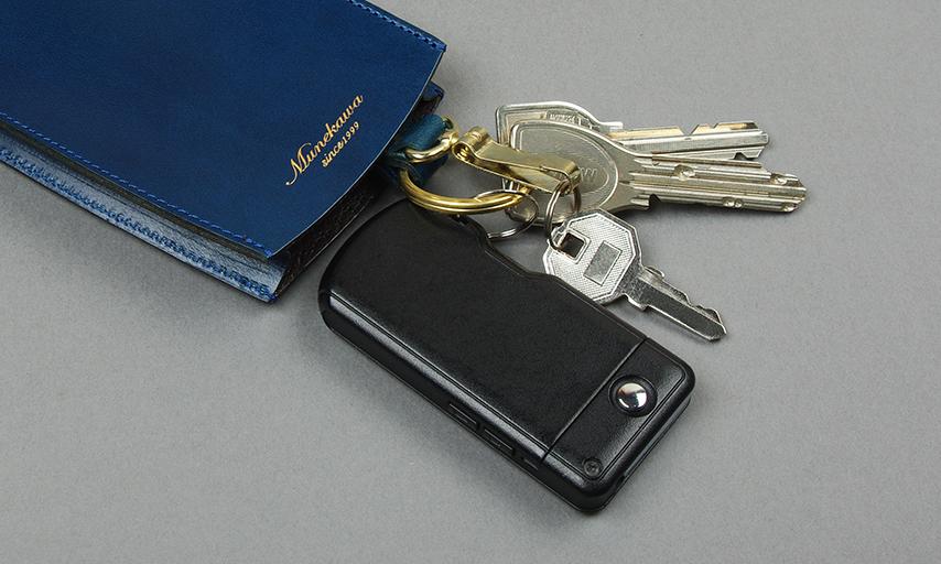 キーケースのサイド部分には約20mmのマチ付き。厚みのあるマンションのキーレスエントリーも複数の鍵と共に収納いただけます