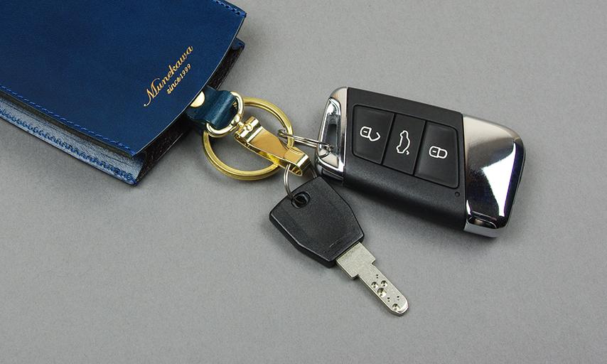 厚みのある車の鍵もすっぽりと収まる形状。取り外して使うガレージの鍵はキーフックへと用途に合わせて金具を選べます