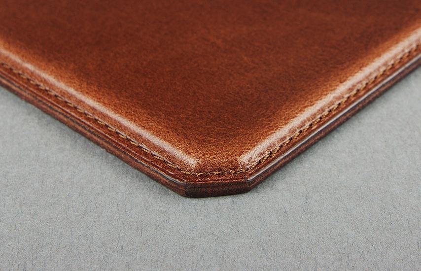 革色と合わせたステッチと、磨き込んだ裁断面(コバ)が、雰囲気を引き締め高級感のある仕上がりに