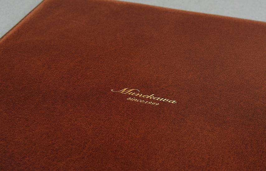 表にはエレガントなゴールドの箔のMunekawaの刻印