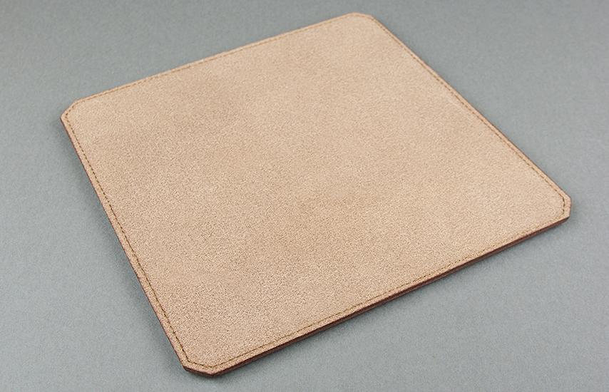 裏には革をスライスした底面(トコ材)を使用。少しザラつきのある素材を使う事でより滑りを防ぎます