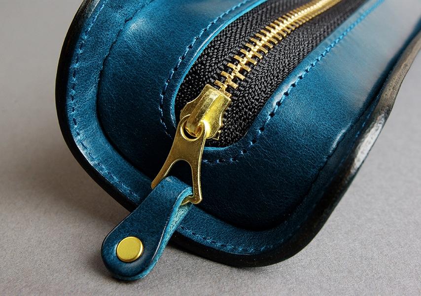 ファスナーは革のエイジングと共に味が増す真鍮素材のものを使用