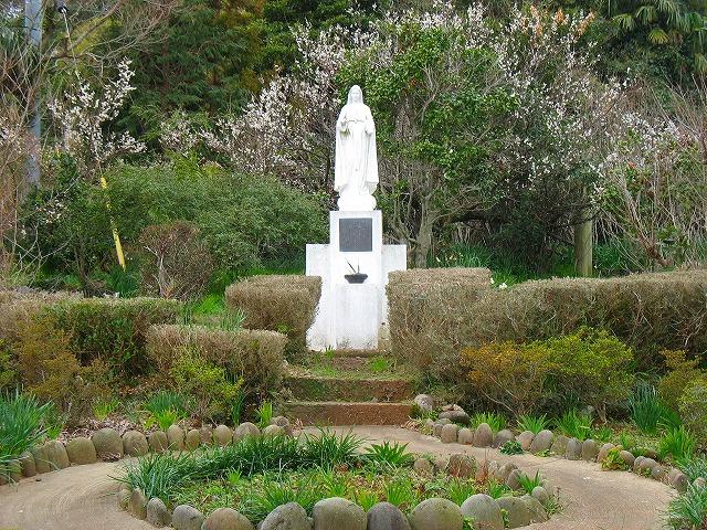 カトリック教会に佇む聖母マリアの像