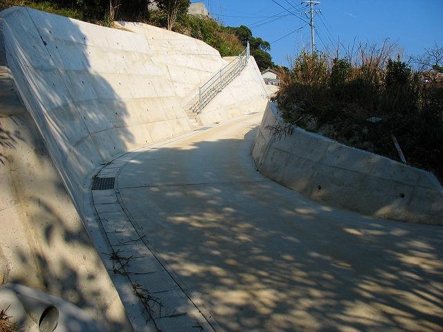 島の周回道路が予定されている切り通し道路