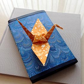 折り紙を一緒に折る