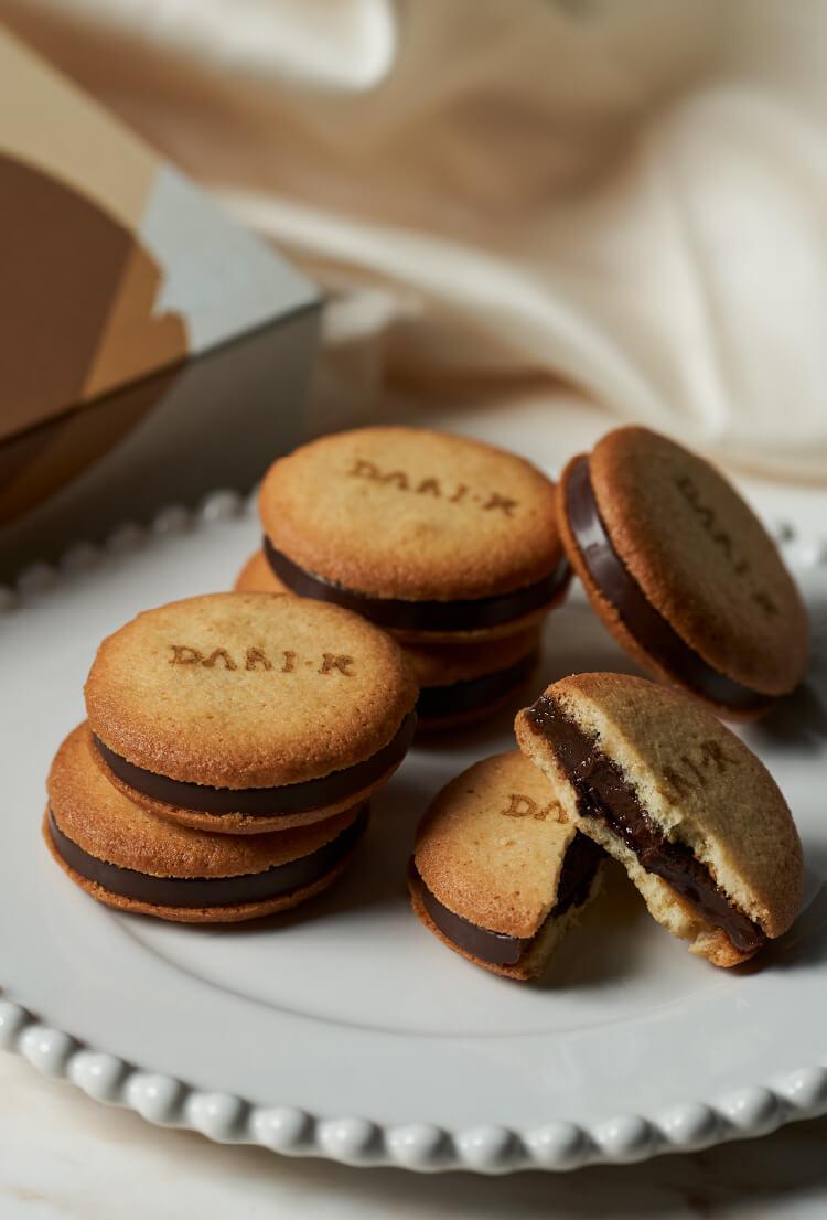 カカオの香り高いチョコレートをラングドシャ生地で挟み込んだカカオサンドクッキー(ミルク)