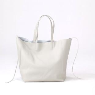 革の素材や外側と内側の色を変えることも可能です。