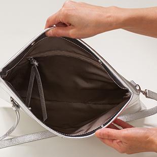 中にもファスナー付きポケットがあります。小物がしまえてバッグの中が整理整頓できます。