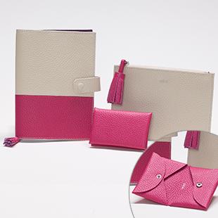 ダブルサイドの名刺入れもNO:007とお揃い。バッグの中をお気に入りの色でトータルコーディネイト。