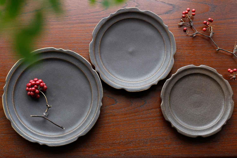 古谷製陶所の彫刻皿サビ釉のセット