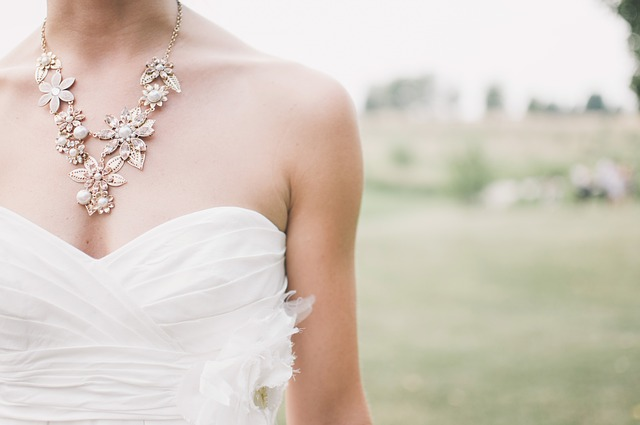 コスチュームジュエリーの魅力について〜結婚式のドレスにも合わせやすい〜