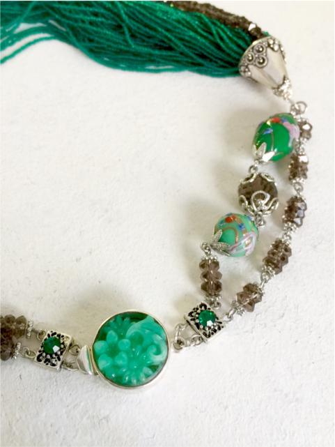 コスチュームジュエリーのネックレスに使用したコンテリエビーズも魅力的
