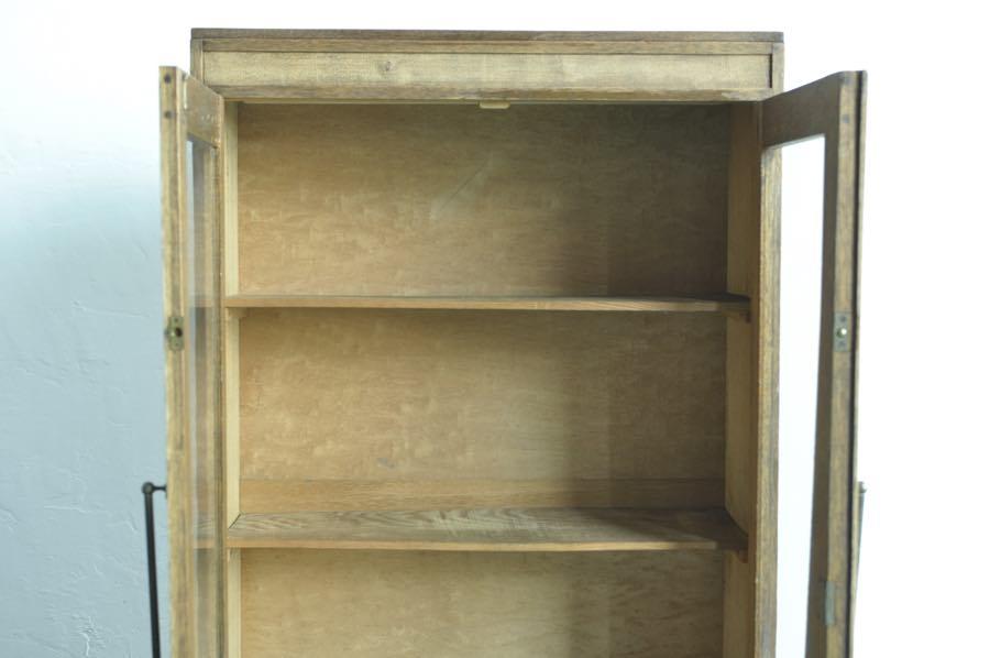 3段の棚のアンティークな本棚