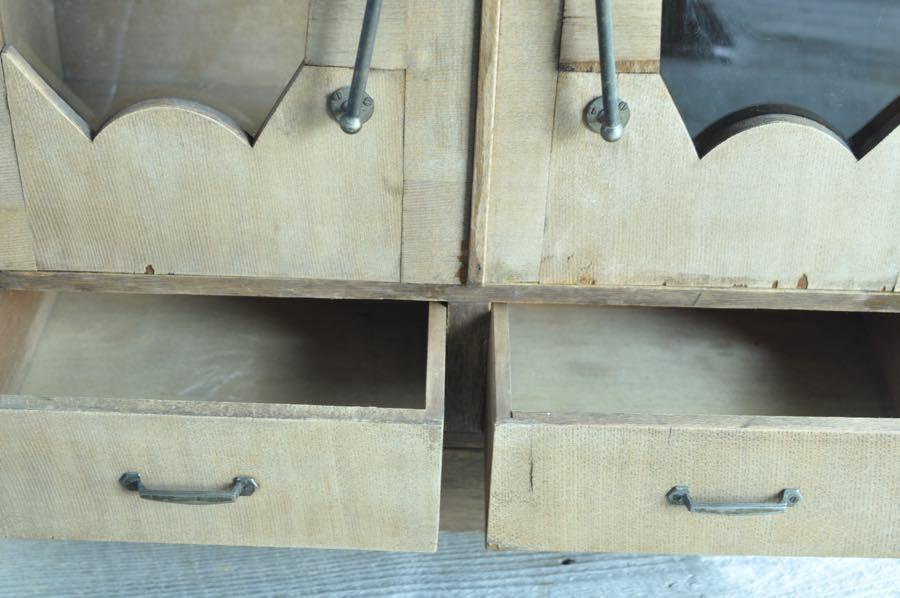 2つの引き出しの小ぶりな本棚