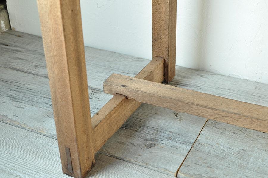 2つの引き出しつきのアンティークテーブル