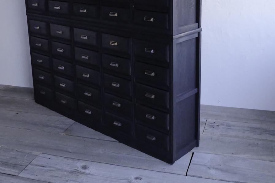 アンティークの黒の大きい棚
