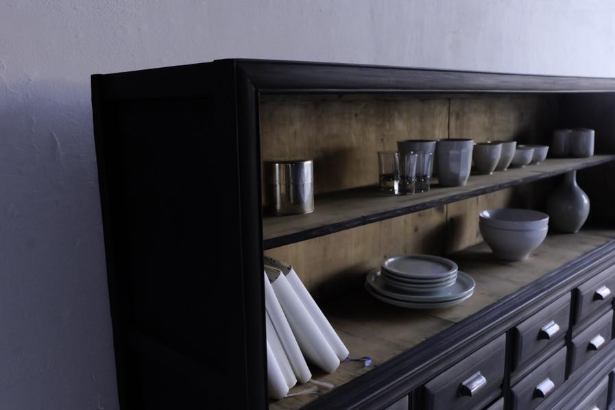 アンティークの収納の多い棚