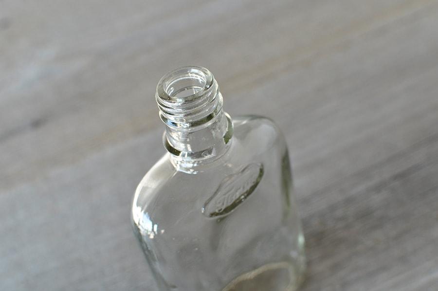 透明なアンティークボトル