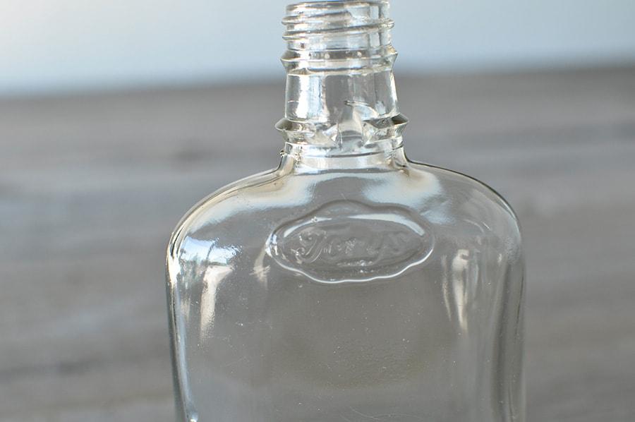 平たいアンティークボトル
