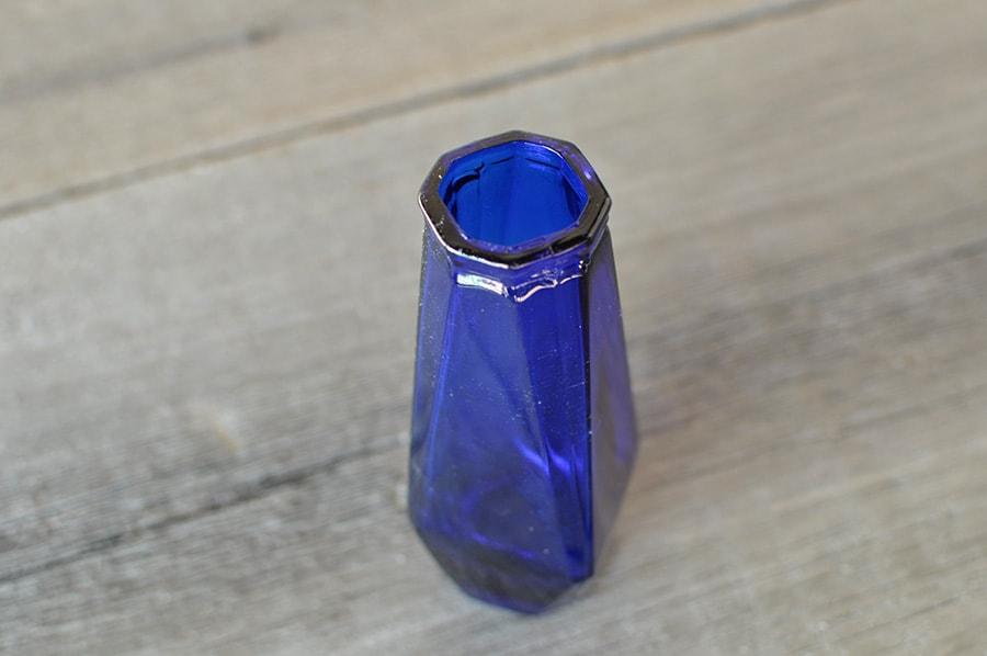 ブルーの硝子花瓶