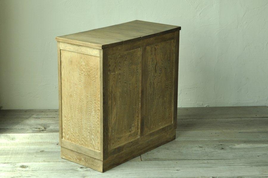 アンティークの木製サイドテーブル